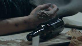 Senzatetto ubriaco che si trova sulla via, sulle ferite marcie di sofferenza, sulla povertà e sulla malattia archivi video