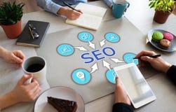 SEO搜索引擎优化销售在办公室桌面上的数字网上广告概念 免版税库存图片