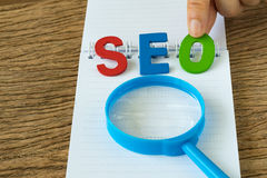SEO搜索引擎作为五颜六色的手的优化概念对负 免版税库存图片
