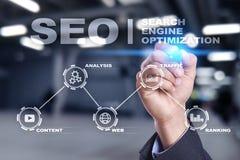 SEO вокруг изображения двигателя облака схематического ключевое слово помечает буквами seo оптимизирования Концепция технологии a стоковые изображения