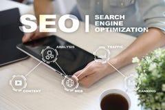 SEO 在云彩概念性引擎图象附近关键字在优化seo上写字 数字式网上营销andInetrmet技术概念 免版税库存照片