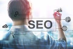 SEO -搜索引擎优化、数字式营销和互联网技术概念在被弄脏的背景 免版税图库摄影