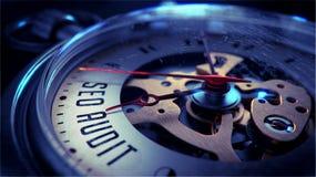 Seo Audit auf Taschen-Uhr-Gesicht Setzen Sie Zeit Konzeptes fest Wenden Sie getrennt auf weißem Hintergrund ein Lizenzfreie Stockfotos