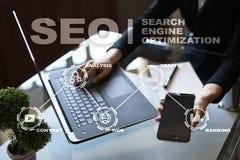 SEO Begriffsbild mit Schlüsselwortwolke um SEO Zeichen Digital-Marketing und Technologiekonzept Stockfotografie