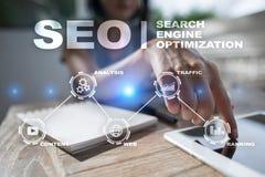 SEO Begriffsbild mit Schlüsselwortwolke um SEO Zeichen Digital-Online-Marketing andInetrmet Technologiekonzept stockbilder