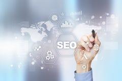 SEO Begriffsbild mit Schlüsselwortwolke um SEO Zeichen Digital-Online-Marketing und Internet-Technologiekonzept stockfotos
