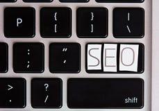 SEO-brieven op toetsenbordknoop Stock Foto's