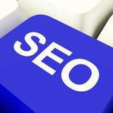 SEO Computer Key In Blue che mostra introduzione sul mercato e Optimiza di Internet Fotografia Stock