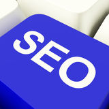 SEO Computer Key In Blue die de Marketing en Optimiza van Internet tonen Stock Foto