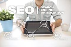 SEO De motoroptimalisering van het onderzoek Digitaal online marketing andInetrmet technologieconcept royalty-vrije stock afbeeldingen