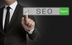 SEO-Internet-Browser wird vom Geschäftsmann bearbeitet Lizenzfreie Stockbilder