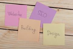 seo Konzept - bunte klebrige Anmerkungen mit Wörtern entwerfen, Website, seo, Gebäude lizenzfreies stockfoto