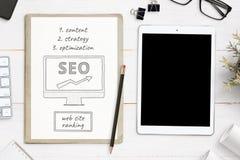 SEO nakreślenia cele i pastylki mockup na biurowym biurku Strony internetowej rewizji optymalizacji pojęcie zdjęcia royalty free