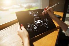 SEO Optimización del Search Engine Márketing de Digitaces concepto y de la tecnología en línea de Internet Fotos de archivo