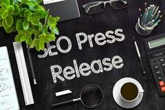 SEO Press Release - text på den svarta svart tavlan framförande 3d Royaltyfria Foton