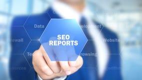 Seo Reports man som arbetar på den Holographic manöverenheten, visuell skärm royaltyfri bild