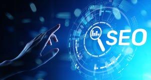 SEO - Sökandemotoroptimisation, begrepp för Digital internetmarknadsföring på den faktiska skärmen royaltyfria bilder