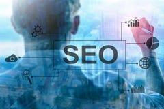 SEO - Sökandemotoroptimization, Digital marknadsföring och internetteknologibegrepp på suddig bakgrund royaltyfri bild