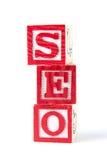 SEO Search Engine Optimization - alfabetet behandla som ett barn kvarter på vit Arkivfoton