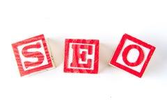 SEO Search Engine Optimization - alfabetet behandla som ett barn kvarter på vit Royaltyfri Fotografi