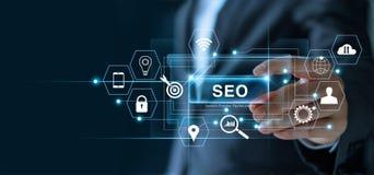 SEO Search Engine Optimization Marketing begrepp Affärsmaninnehavord SEO i hand royaltyfri foto