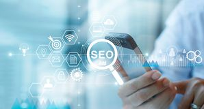 SEO Search Engine Optimization Marketing-concept Stemonderzoek Zakenman die mobiele telefoon met behulp van royalty-vrije stock afbeelding