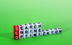 SEO Search Engine Optimization op groen Stock Afbeelding