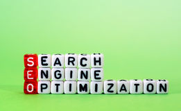 SEO Search Engine Optimization op groen stock afbeeldingen