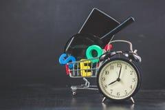 SEO Search-Maschinenoptimierungskonzept färbte Buchstaben von SEO mit Uhr, Lupe, Smartphone, Gänge in a Stockfoto