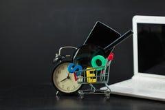 SEO Search-Maschinenoptimierungskonzept färbte Buchstaben von SEO mit Uhr, Lupe, Smartphone, Gänge in a Lizenzfreies Stockbild