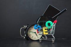 SEO Search-Maschinenoptimierungskonzept färbte Buchstaben von SEO mit Uhr, Lupe, Smartphone, Gänge in a Stockbild