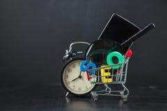 SEO Search-Maschinenoptimierungskonzept färbte die Buchstaben von SEO mit Uhr und an vergrößerte, Smartphone, Gänge in einem Korb Lizenzfreie Stockbilder
