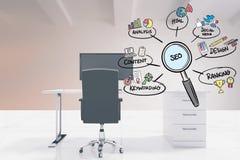 SEO unterzeichnen herein Vergrößerungslinse mit verschiedenem Text und Ikonen im Büro Lizenzfreie Stockfotos