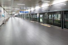 SEOEL, KOREA - AUGUSTUS 12, 2015: Het keurige platform van de metrosysteem van Seoel maakte in Seoel, Zuid-Korea op 12 Augustus,  Stock Fotografie