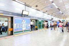 SEOEL, KOREA - AUGUSTUS 12, 2015: Mensen die metro na spitsuur in Seoel nemen, Zuid-Korea Royalty-vrije Stock Foto