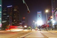 SEOEL, KOREA - AUGUSTUS 10, 2015: Mensen die zebrapad kruisen bij nacht dichtbij Dongdaemun-gebied van Seoel, Zuid-Korea Stock Fotografie