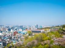 Seoel, Zuid-Korea 16 April, 2018: De mening over Seoel van Namsan zet in sakura van zomercherry blossoms op stock afbeelding