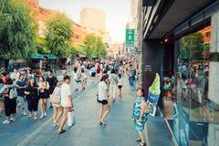 SEOEL, ZUID-KOREA - AUGUSTUS 14, 2015: Mensen die door Insadong-straat lopen - toeristengebied van Seoel, Zuid-Korea Stock Foto's