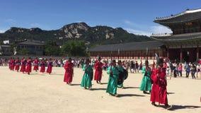 Seoel, Zuid-Korea - circa September 2015: De paleiswachten die in traditionele Koreaan marcheren kleedt zich in Gyeongbokgung-Pal stock video