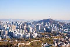 Seoel, Zuid-Korea: De horizon van Seoel en de toren van N Seoel Stock Foto