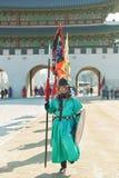 Seoel, Zuid-Korea - Januari 17, 2019: 17 januari, 2019 kleedde zich in traditionele kostuums van Gwanghwamun-poort van Gyeongbokg royalty-vrije stock foto's