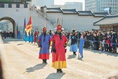 Seoel, Zuid-Korea - Januari 17, 2019: 17 januari, 2019 kleedde zich in traditionele kostuums van Gwanghwamun-poort van Gyeongbokg stock afbeelding