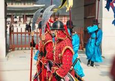 Seoel, Zuid-Korea 13 Januari, 2016 kleedde zich in traditionele kostuums van Gwanghwamun-poort van Gyeongbokgung-Paleiswachten Royalty-vrije Stock Foto's