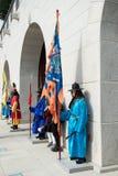 Seoel, Zuid-Korea 13 Januari, 2016 kleedde zich in traditionele kostuums van Gwanghwamun-poort van Gyeongbokgung-Paleiswachten Royalty-vrije Stock Foto