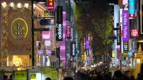 Seoel, Zuid-Korea - Januari 2016: Myeong-dong het winkelen district stock footage