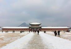 SEOEL, ZUID-KOREA - JANUARY20: De poort van Gyeongbokgung-Paleis op blauwe hemelachtergrond in Seoel Stock Foto's