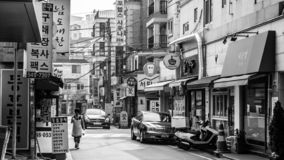 Seoel, Zuid-Korea - Juni 16, 2017: Bejaarde die onderaan een kleine straat binnen de stad in in Seoel lopen royalty-vrije stock afbeelding