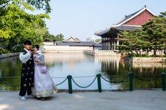Seoel, Zuid-Korea - Juni 18, 2017: Jong paar in kleurrijke traditionele slijtage - hanbok bezoekend het Gyeongbokgung-Paleis stock foto's