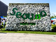 Seoel, Zuid-Korea - Juni 3, 2017: Mensen die in het Gwanghwamun-Vierkant dichtbij groot bloembed lopen met inschrijving: royalty-vrije stock afbeeldingen