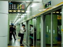Seoel, Zuid-Korea - Juni 12, 2017: Mensen die op de trein op het de metroplatform van Seoel wachten stock foto's